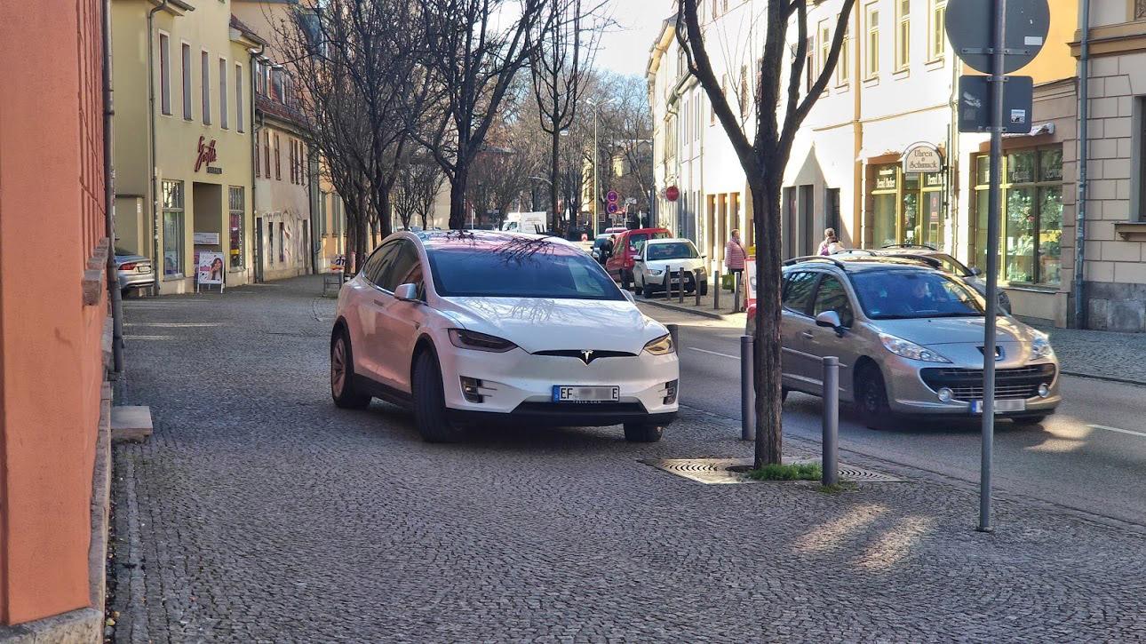 Auch ein Elektro-Auto rechtfertigt kein verkehrswidriges Verhalten wie das Parken auf dem Gehweg.